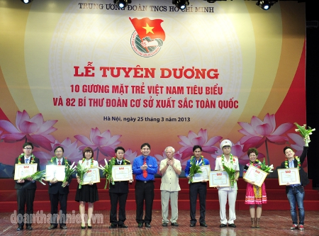 First Secretary of the Central Committee Nguyen Dac Vinh and former Deputy Prime Minister Vu Khoan awarded to ten outstanding youths of 2012