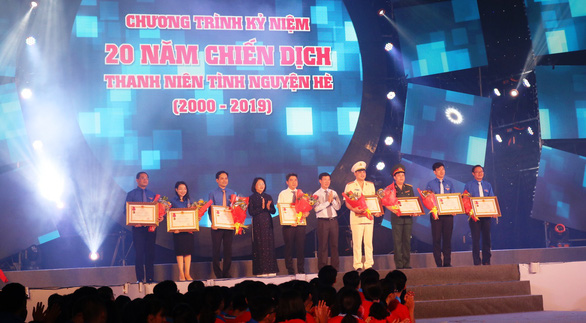 Mr. Vo Van Thuong  and Mrs. Dang Thi Ngoc Thinh presentd state-level awards to collectives at the Anniversary