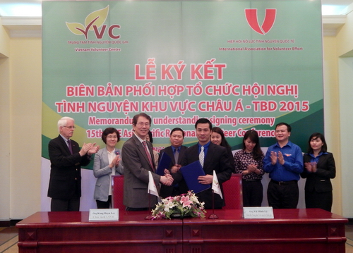 Mr Vu Minh Ly (right) and Dr Kang Huyn Lee at the signing ceremony
