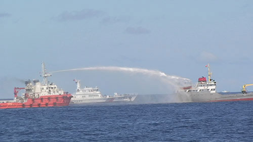 A Chinese vessel used water cannons to fire at Vietnamese patrol ships. (Source: VOV/CPV/VNA)