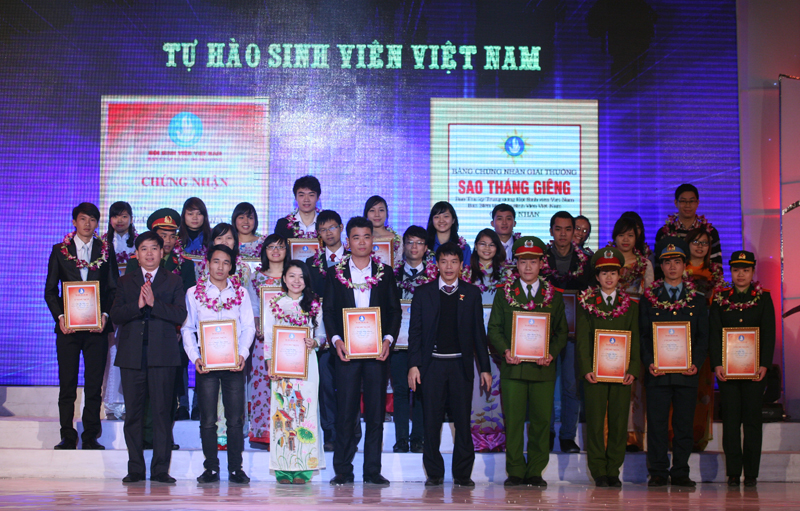 "Mr Nguyen Long Hai, Secretary of the HCYU Central, Mr Vu Thanh Mai, Vice permanent president of the student Union present certificates of merit of the Vietnam National Union of Students Central Committee to students who earned the title of ""5 excellent points."""