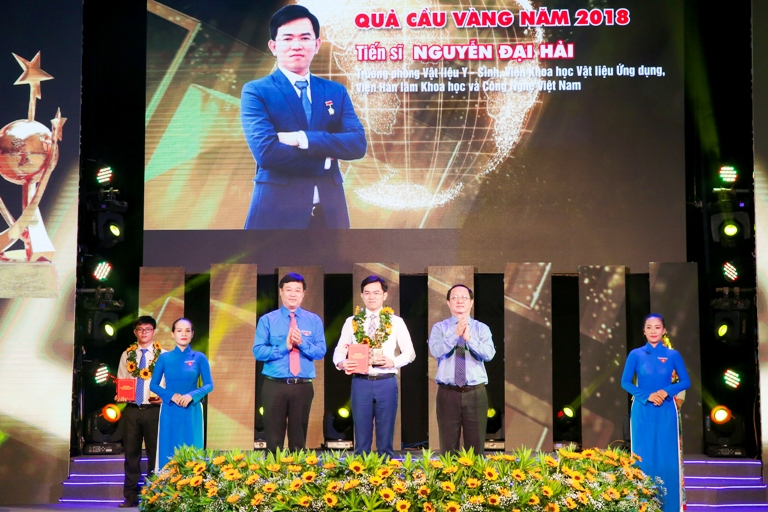 Mr. Le Quoc Phong, Alternate member of the Party Central Committee, First Secretary of the Central Committee of the Ho Chi Minh Communist Youth Union presents the awards to the outstanding candidates