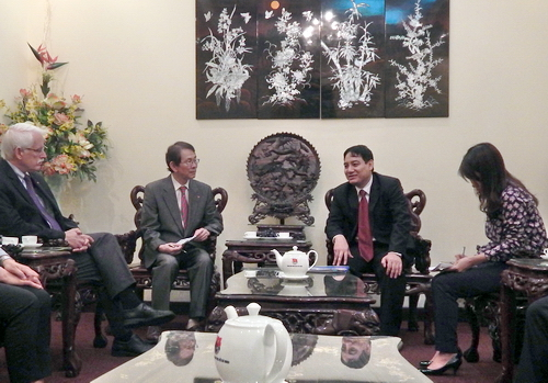 First Secretary Nguyen Dac Vinh (right) received the IAVE delegations