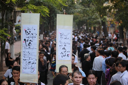 The time for people to pay last respect to the general in Ha Noi, originally scheduled until 9pm Saturday, has been extended to accommodate the endless queue of admiring people.