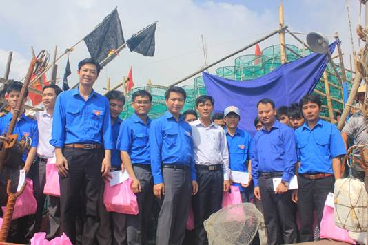 Youth union members with fishermen in Thanh Hoa Province