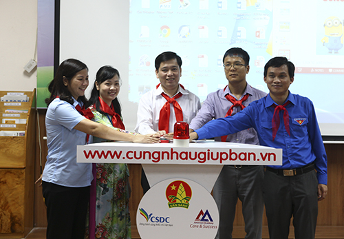 Mr Nguyen Long Hai (central) and organizing members launch the program