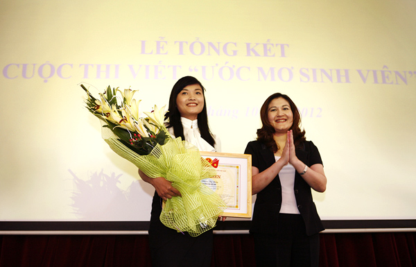 Ms Nguyen Thi Ha,  Secretary of the Ho Chi Minh Communist Youth Union awarded first prize with merit for Pham Thi Hien, student of Diplomatic Academy of Vietnam, with her written work on her whole- life dream of serving society