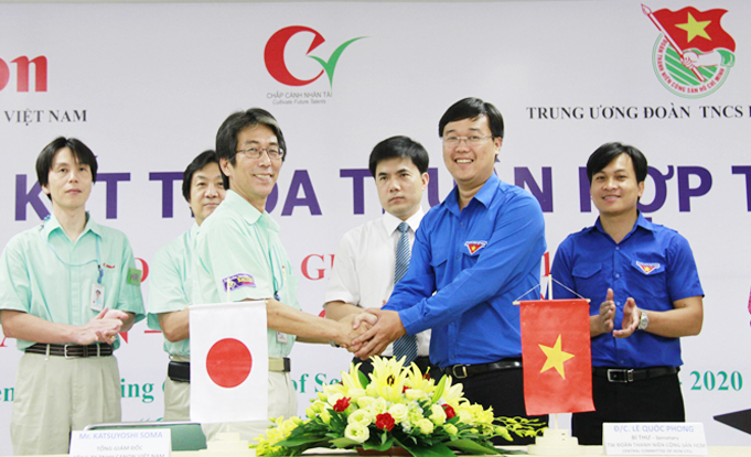 Youth Union Secretary, Le Quoc Phong (right) and   General Director of Canon Vietnam, Soma Katsuyoshi (lelft) shake hands at the signing ceremony
