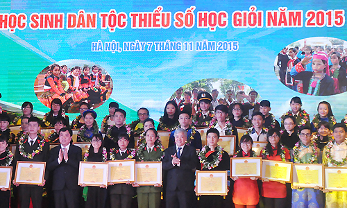 Ethnic minority students taking group photo with guests of honors