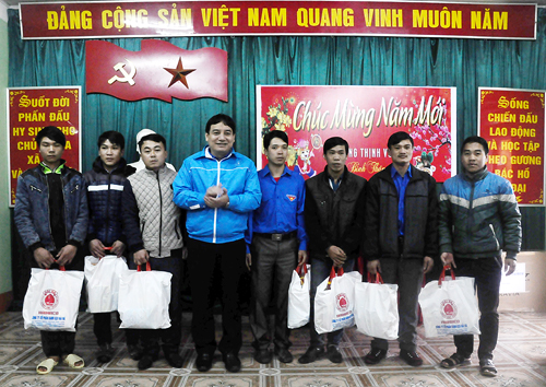Mr Nguyen Dac Vinh presented gifts in Ha Giang