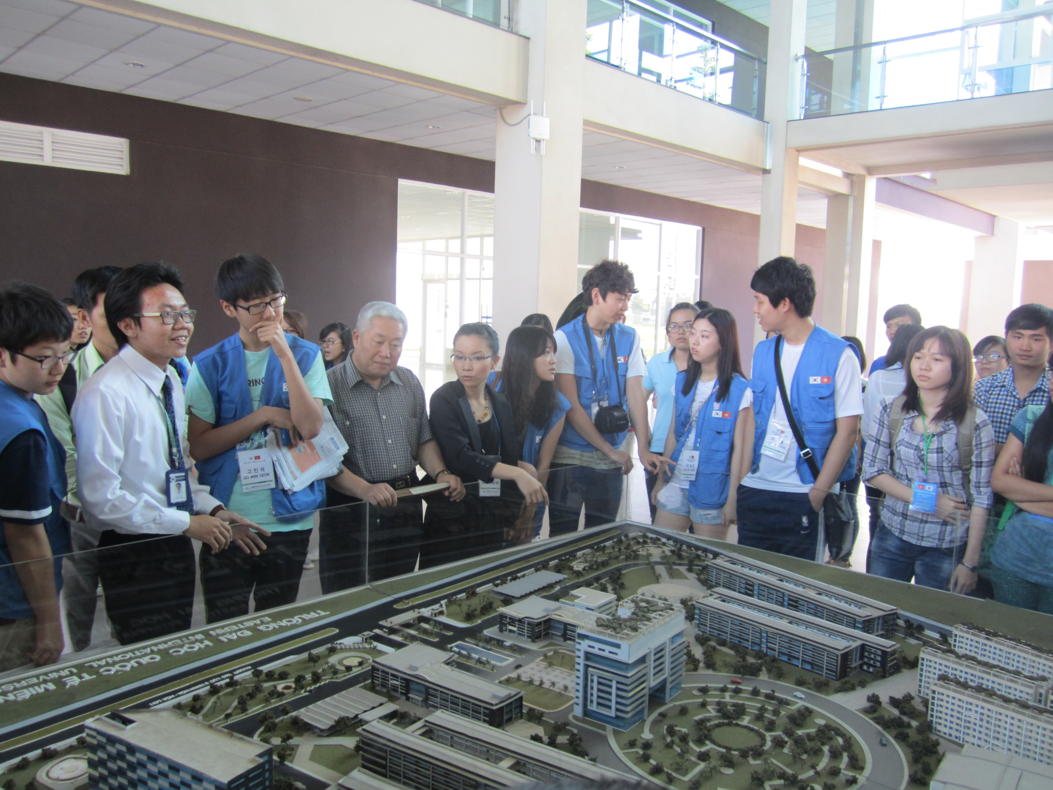 The delegation visits Eastern International University, Binh Duong