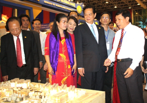 Prime Minister Nguyen Tan Dung visits the youth exhibition booth