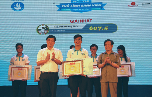 Nguyen Hoang Phuc (center) won first prize at National Student Leadership Contest 2018
