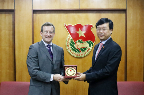 First Secretary Le Quoc Phong (R) presents memento gift to H.E. Ambassador Bertrand Lortholary at the reception