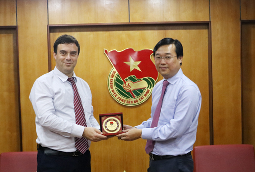 First Secretary Le Quoc Phong (R) presents memento gift to Ambassador Nadav Eshca at the reception