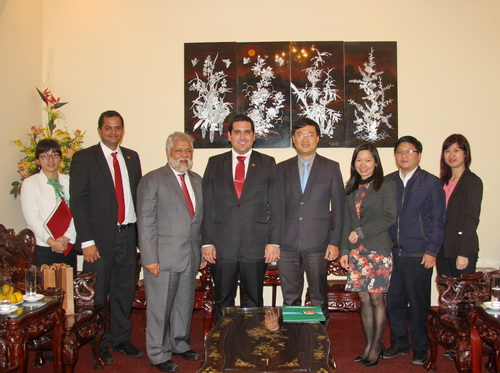 HCYU Secretary Le Quoc Phong (4th from left) and the representatives from Venezuela