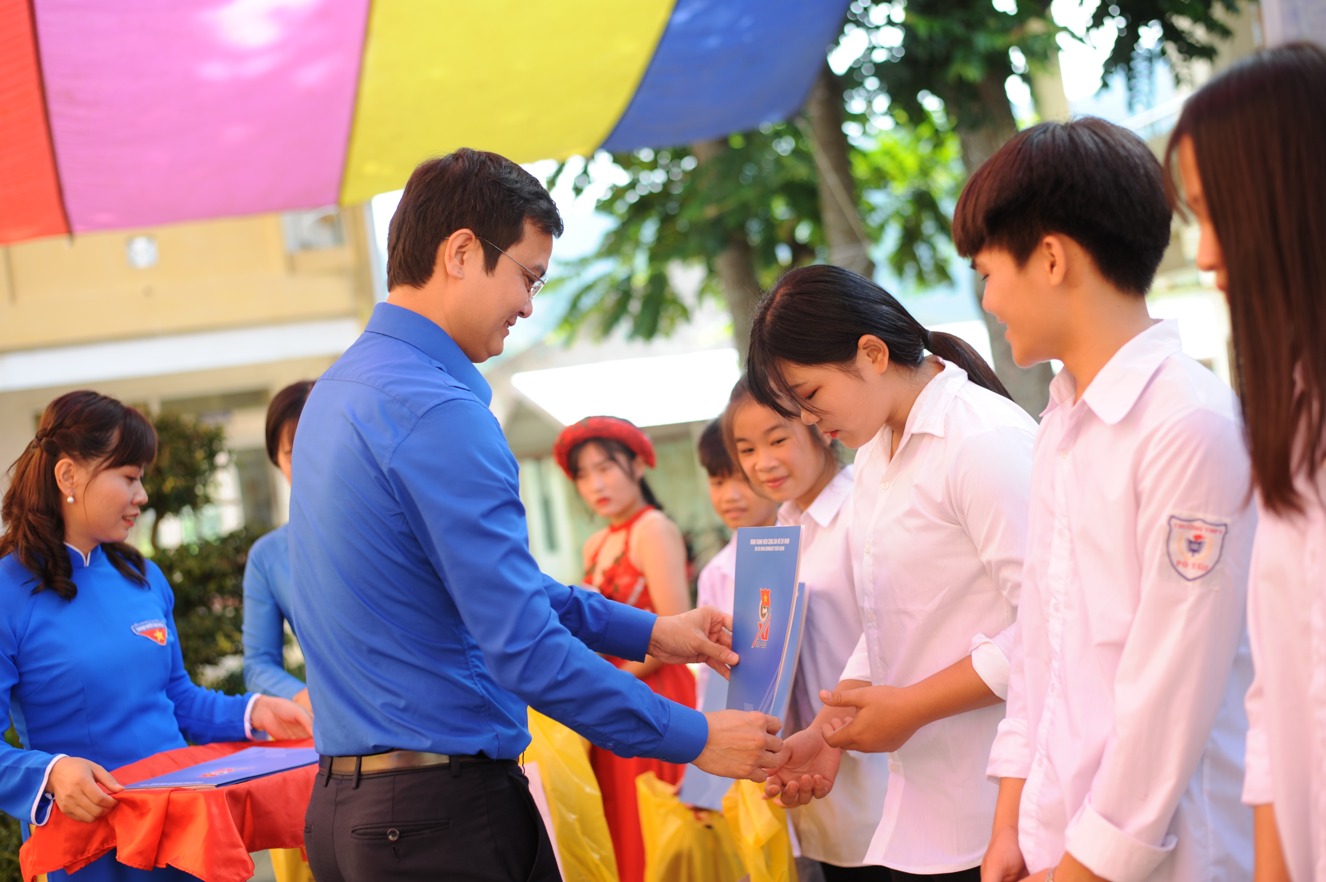"HCYU Secretary Bui Quang Huy presents ""Vu A Dinh"" scholarships to underprivileged pupils"