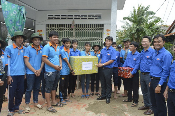 HCYU First Secretary presents gifts to teams of Can Tho University volunteering in Dong Thap