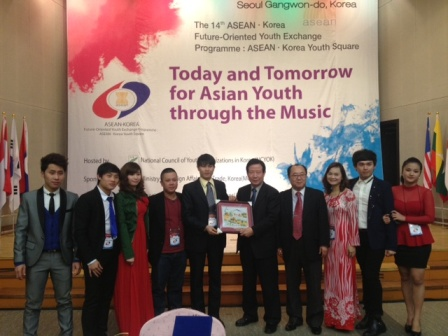 Vietnam Youth delegation offering gift to  NCYOK President, Mr. Kwang - Sun Cha