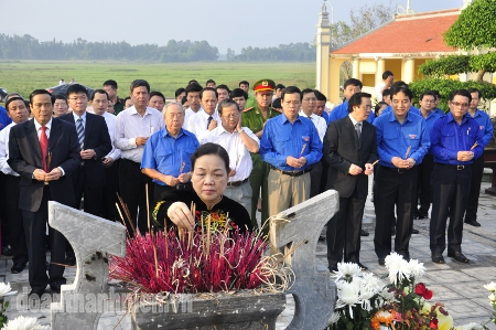 Mrs Ha Thi Khiet offered incense at the event in Ha Tinh