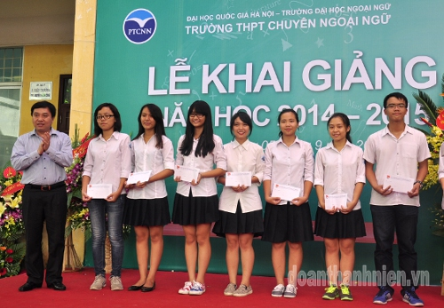 Permanent Secretary Nguyen Manh Dung awarded scholarships for students of Foreign Languages Specialised School.