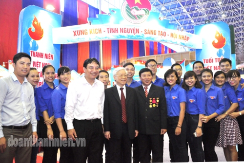 General Secretary and youth representatives take photo at the exhibition booth