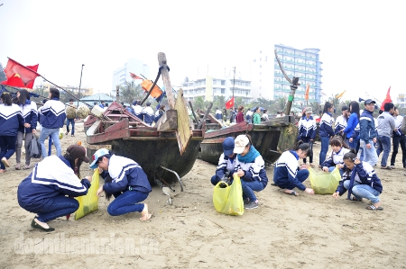 Gathering garbage to clean up the beach of Sam Son Tourist Area.