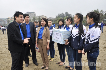 First Secretary Nguyễn Đắc Vinh gives presents to the youth of Sam Sơn Town joining in the launch of the Youth month - 3/2013.