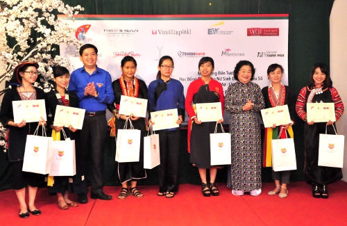 Female ethnic minority students received the scholarships in Ha Noi