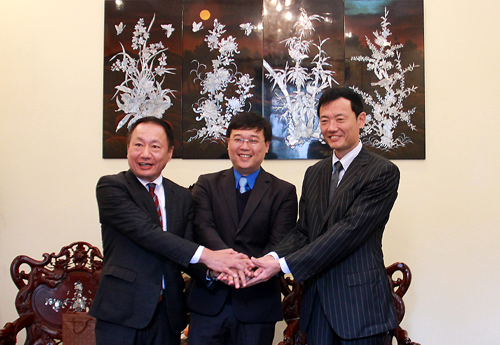 Mr. Le Quoc Phong (center), Mr. Hiroshi Nakad (right) and Mr. Hiroshi Yamada (left) hold hands for lasting and sustainable cooperation