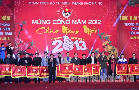 Minister of Transport –Dinh La Thang, First Secretary of the HCYU Central – Nguyen Dac Vinh and leaders of Hanoi city present flags of emulation 2012 to the outstanding units