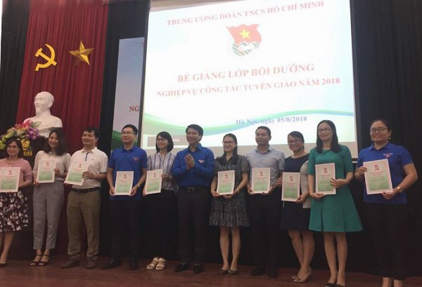 HCYU Secretary Nguyen Ngoc Luong presents Certificates of Completion