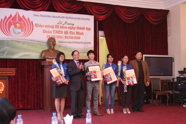 Vietnamese Ambassador to Russia HE Pham Xuan Son presents awards to outstanding union members.