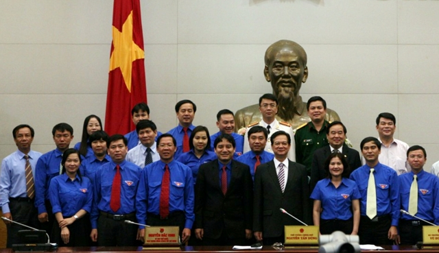 PM Nguyen Tan Dung has a group photo with the HCYU delegations