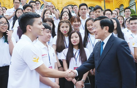 President Truong Tan Sang meets young Vietnamese expatriates who have returned home to attend the 2015 Viet Nam Summer Camp. — VNA/VNS Photo Nguyen Khang
