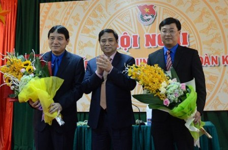 Le Quoc Phong (R) is elected as the new First Secretary of the Communist Youth Union's Central Committee of Vietnam on April 21, 2016. Photo Hoang PhanThanh Nien