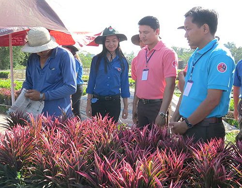 Delegates visit Sa Dec Flower Village in Dong Thap